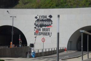 un graff géant à la sortie du tunnel de la croix-rousse 1